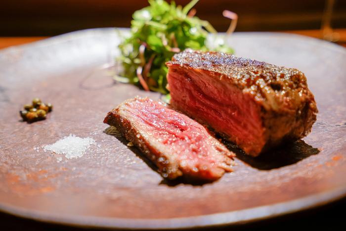 お肉のうま味とジューシーさを味わえる『十勝産田くぼ牛の薪焼き』。薪で焼いたお肉は驚くほど柔らかく、美味しくなるんだそう。味付けは塩だけでシンプルに。