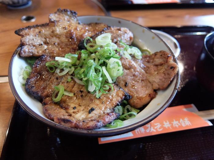 """西武秩父駅から徒歩3分ほどの所にある「豚みそ丼本舗 野さか」。""""豚みそ丼""""発祥のお店です。炭火で焼かれた味噌漬け豚肉は、香ばしくご飯がすすみます。"""