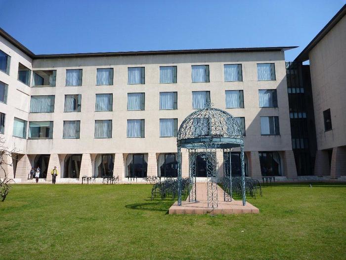 """芦ノ湖畔にあるリゾートホテル「箱根ホテル」は、箱根を代表する富士屋ホテル系列。創業は1923年(大正12年)で、1992年(平成4年)にリニューアルしました。""""FORUM NAVALIS(海の街)""""をコンセプトに建てられたホテルは、真っ白な外観が芦ノ湖に映えてモダンな雰囲気。"""