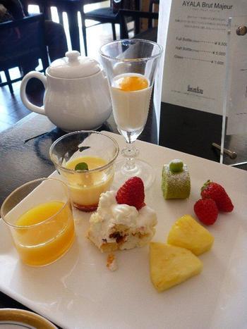 ケーキやゼリー、フルーツなどデザートコーナーも充実していて、心ゆくまで有名ホテルの味を堪能できます。すぐそばの芦ノ湖を眺めながら、優雅なひとときを過ごしてみては?
