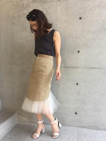 とってもおしゃれなチュールペチコート付のタイトスカートは、プライベートなオケージョンコーデにもおすすめ。ヘアバンドとトップスを黒で締めて、足元はチュールと同じ色のサンダルで浮かないようにまとめて。