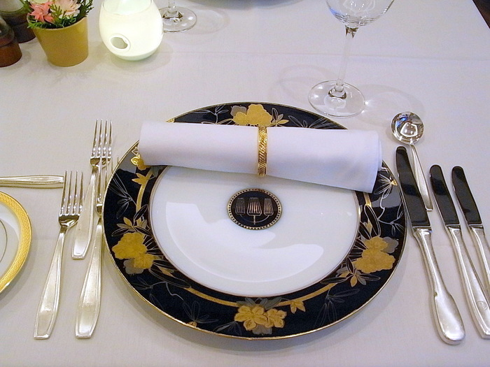 老舗らしい風格漂うテーブルコーディネートや上品なプレートがステキです。