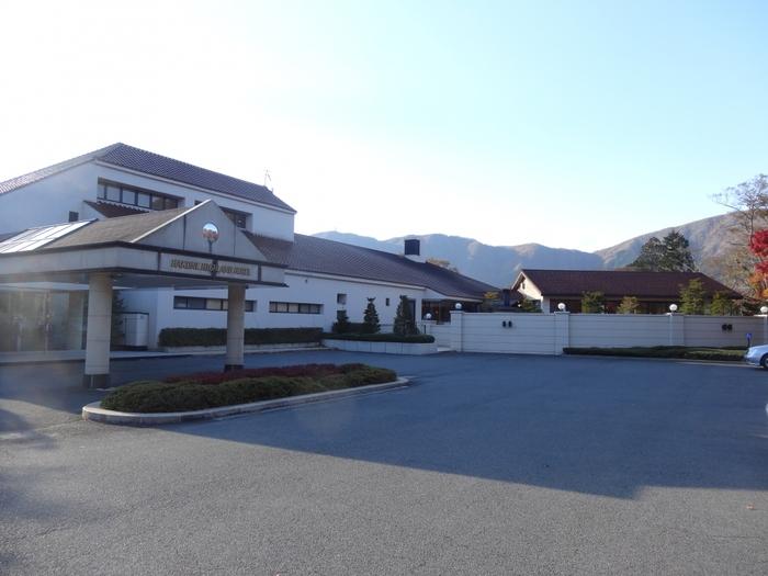 美術館が多い仙石原エリアにある箱根ハイランドホテルは、1957年(昭和32年)創業のリゾートホテル。三井財閥の総帥を務めた実業家・團琢磨男爵の別邸を活かして建てられました。政財界の著名人や俳優、スポーツ選手などもプライベートで訪れることでも知られています。