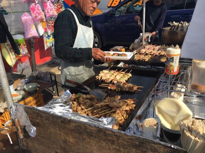 器だけでなく、地元の特産品や農産物の販売もあり、屋台でこんな大きな焼鳥の販売も。お祭り気分も楽しめ、春秋あわせて約60万人の人が訪れます。