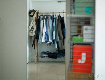たくさんお洋服を掛けても大丈夫な大容量のハンガーラック。シーズンのワードローブを全部に掛けられそう。
