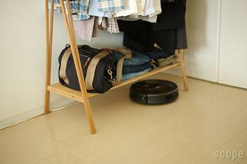 足元には棚が付いているから、バッグや靴などを置いておくことができます。