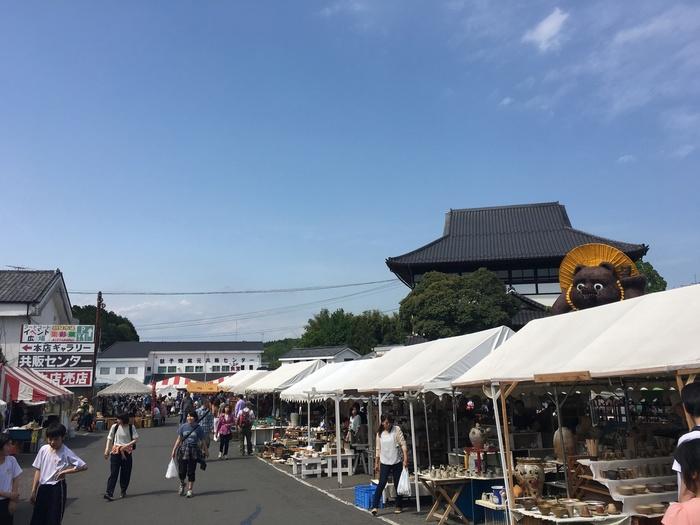 益子の陶器市は、毎年、春のゴールデンウイークと、秋の11月3日前後に催されています。約50の店舗の他、約500のテントが並び、伝統的な益子焼の器から、お皿やカップなどの日用の器などが購入できます。