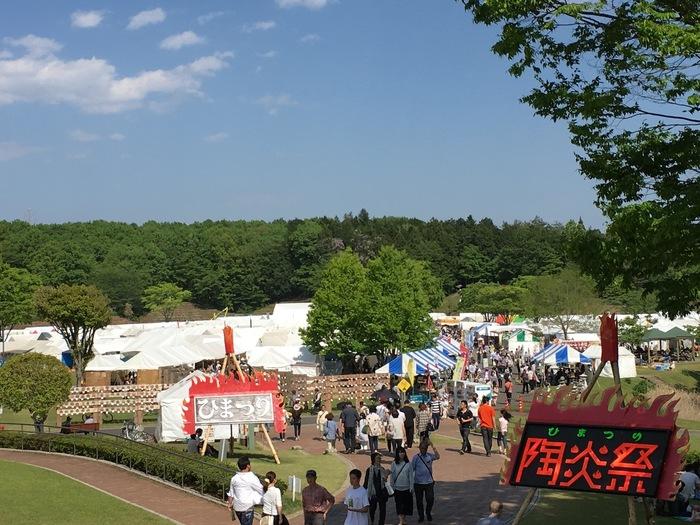 「笠間芸術の森公園イベント広場」で開催され、200軒以上の陶芸家・窯元・地元販売店などが集まる陶器の祭典です。