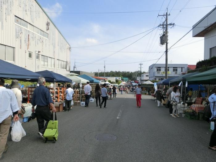 「土岐美濃焼まつり」は、佐賀県の「有田陶器市」、9月に開催される愛知県瀬戸市の「せともの祭」とともに、日本三大陶器まつりの一つです。織部ヒルズ(土岐美濃焼卸商業団地)や土岐市泉北山町内では、倉庫やショップでの出店や、1㎞以上にわたる歩行者天国に張られたテントでの出店者は300を超え、毎年3日間で30万人以上の人出があります。