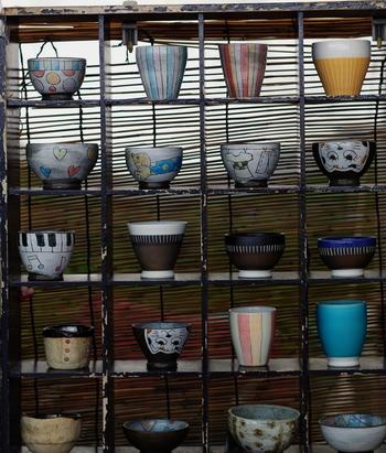 土岐市は、陶磁器生産量日本一というのをご存知でしょうか? 古くから良質な陶土に恵まれたこの地方では、安土桃山時代には千利休などによって美濃焼は発展しました。現在では日用の器を中心に、織部焼・志野焼・黄瀬戸といった伝統的な美濃焼の他、現代にあうバリエーション豊富な焼き物が作られています。