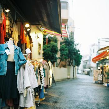 古着屋さんや小劇場が立ち並ぶ下北沢は、サブカルチャーの街としても若者に人気です。この街に行ったら独特の雰囲気を味わいながら、オシャレなカフェで一休みしたいですよね。  今回は、すぐに立ち寄れるコーヒーカフェから、レトロ感漂う喫茶店までを幅広くご紹介します。お好みのコーヒーとの休息時間を楽しみましょう。