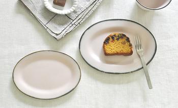オーバル型(楕円型)は洋菓子に良く合います。 真ん中にぽんとのせたり、二種類の洋菓子を横に並べれば、ミニスイーツプレートの完成。ホイップをプラスして、カフェ風プレートにすれば見た目も可愛いおやつタイムに♪