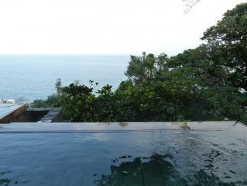 相模湾と伊豆大島を一望できる露天風呂。雄大な自然を前にすれば、日常のストレスは一気に吹き飛んでしまいそう。
