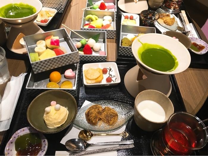 こちらのフルーツやわらび餅などを、抹茶チョコにつけていただく「抹茶フォンデュ」は、スイーツ好きも大満足のボリューム。パフェやかき氷もおすすめです。