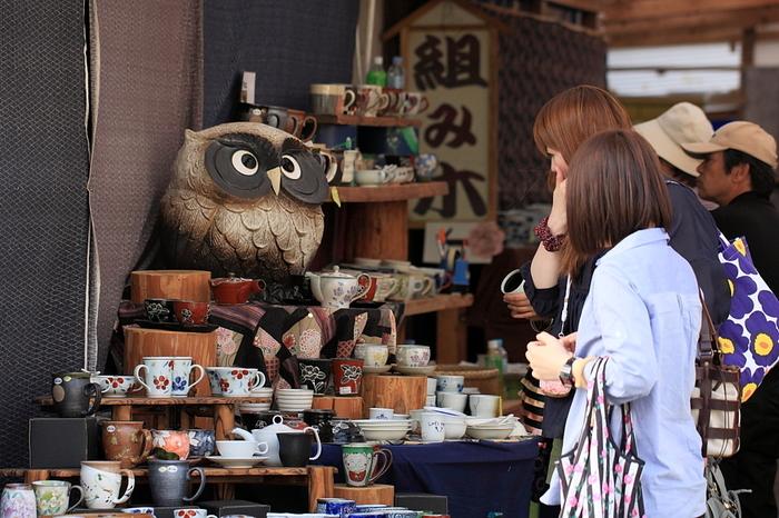有田は、黒髪山へ参拝に来るお遍路さんたちに、半端物や等外品を売っていたという現在の陶器市にも通じる歴史がありました。本格的な陶器市の始まりは、明治29年に陶磁器品評会が開催され、その後、品評会と同時に催されるようになった蔵ざらえ大売出しです。