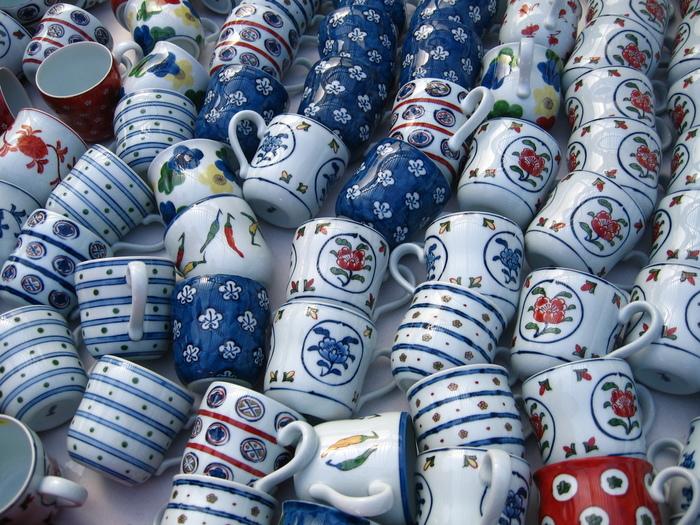色鮮やかな磁器が代表的な有田焼。その歴史は古く、17世紀初頭に朝鮮人陶工・李参平らが磁器の原料である陶石を発見し、日本で磁器を初めて焼いたとされています。以来、美術工芸品や食器を作り続けています。