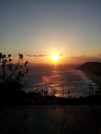 西には島崎藤村の詩「椰子の実」に登場する恋路ケ浜や、三島由紀夫の小説「潮騒」の舞台となった神島が。東側では神秘的な朝陽を眺められます。