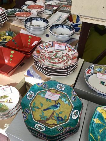 九谷焼は、金沢市や能美市など石川県南部で生産される、華やかな色絵が特徴の磁器です。1655年頃、藩士を有田で修行させ「古九谷」と呼ばれる華麗な磁器を生産したが50年ほどで廃窯。1807年金沢藩が京都から技術者を招き窯を開き現在にいたります。