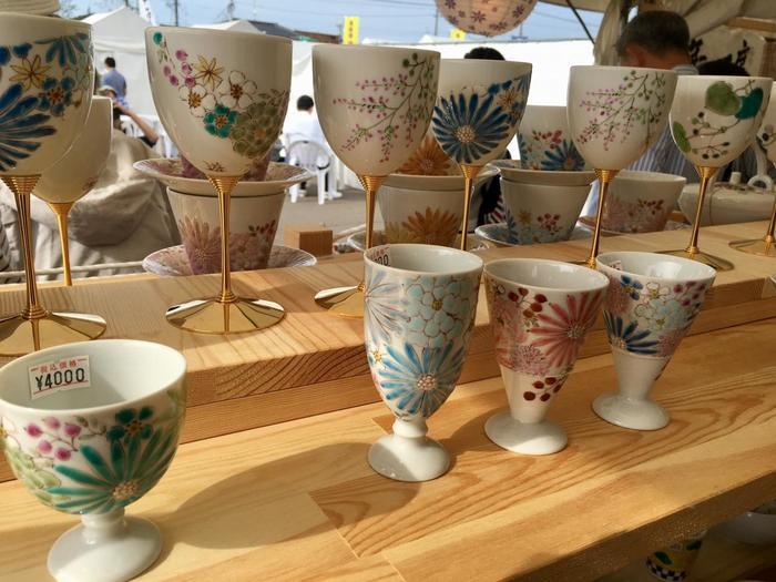 石川県能美市にある九谷陶芸村特設会場で、約50店が立ち並びま20万人以上の来場者が訪れるお祭りです。高級品から普段使いまでの九谷焼商品が揃いますし、様々なイベントや地域のグルメコーナーなども楽しめます。