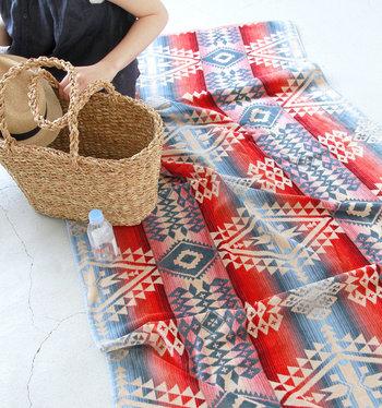 肌寒い時にサラッと羽織ったり、こんな風に敷物としても暖かくて◎。お家ではタオルケットやソファーカバーとして使うのもおすすめです。