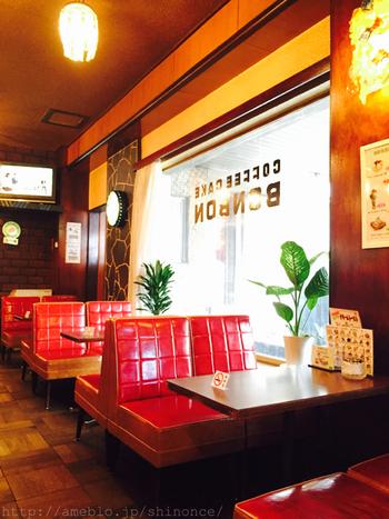 老舗の喫茶ならではの素敵な雰囲気の店内。昭和の純喫茶の空気を味わえます。