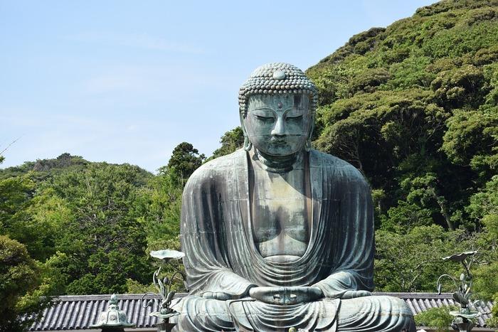 「鎌倉」のなかでも《長谷》は、高徳院の「鎌倉大仏」や、紫陽花の名所「長谷寺」などがあり、常に観光客でにぎわう人気のエリア。また、大仏の背中を越えていけば「鎌倉山」、反対側に少し歩けば「由比ヶ浜」の海に到着。自然を身近に感じられるのも、大きな魅力です。  しかしそれだけではありません。実は、美味しいグルメも盛りだくさん♪根強いファンをもつ名店が数多く点在しています。