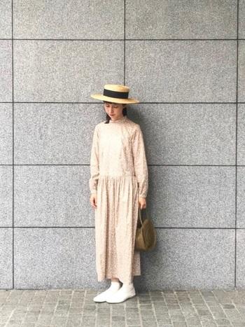 優しい色合いのワンピースに、トレンドアイテムのサークルカゴバックを合わせたコーディネート。シンプルなサークルカゴバックは、カジュアルだけでなくガーリーな装いにも合わせやすいアイテムです。カンカン帽とセットで合わせることで、一段と春夏らしい印象に仕上がります。