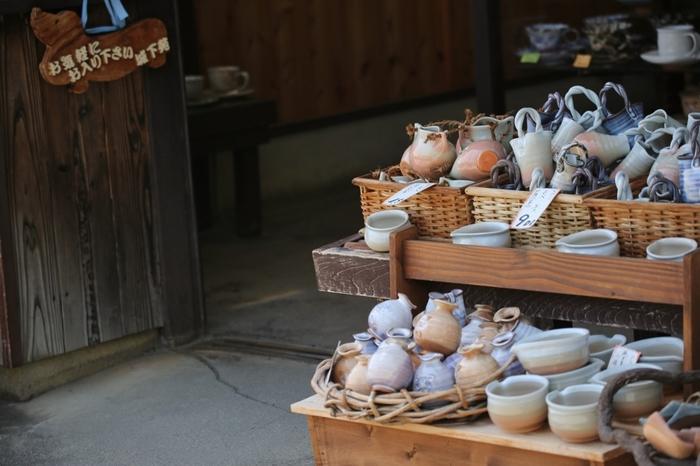 陶器の萩焼は「萩の七化け」といわれ、使い込むほどに変化する色合いなどが魅力です。茶人が愛した優れた茶陶をあらわす「一楽二萩三唐津」のひとつで、順に京都の楽焼、山口の萩焼、北九州の唐津焼を指します。