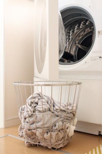 湿気がこもりやすい洗濯機も洗濯槽やパイプなど、パーツごとに念入りにお掃除しておけば、乾きにくい洗濯物の臭いも減らせます。 洗濯物は少量でも溜めずにこまめに洗濯し、乾きやすい環境を作っておきましょう。