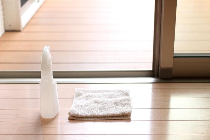 湿度が高く雨降りの日ほど掃除に最適なことも!窓やサッシです。乾いた状態だと汚れが落ちにくいサッシやレールは、適度な湿り気が汚れ落ちしやすい環境になり◎