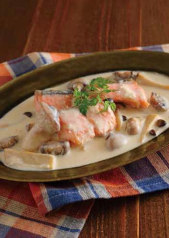 きのこをたっぷりと使用し、生鮭と牛乳で良質なたんぱく質を取り入れるヘルシーなメインディッシュ。きのこの香りや鮭のうまみが感じられ、満足感があります。