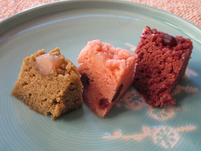 「萬年堂」といえば、銀座にある老舗の和菓子屋。「御目出糖(おめでとう)」というおめでたい名前の和菓子が有名で、お祝い事の贈り物や手土産として、人気があります。暖簾分けした「いいだばし萬年堂」では、さらに「ありが糖う」という商品も!あずき色の「御目出糖(おめでとう)」、ピンク色の「ありが糖う」、うぐいす色の「高麗餅」、それぞれを詰め合わせて手土産にするのも楽しい。もちもちとした食感と素朴な甘さがあとをひく和菓子は、食べやすくて老若男女に喜ばれそうです。