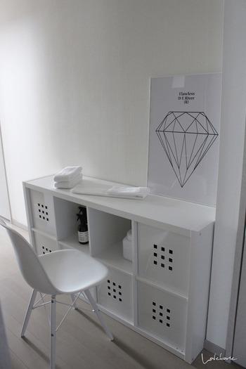 さらにこのスペースは、椅子を持ってくれば簡単な家事スペースにもなるのだそう。椅子もインテリアも、ストックのタオルまで真っ白で、こだわりの清潔感に満ちた清々しい空間です。