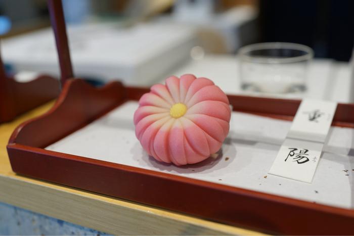 1803年の創業以来、京菓子文化の伝統を守りつつ、現代の感覚も取り入れながら、上質で美しい和菓子を生み出し続ける「鶴屋吉信」。コレド室町にある「鶴屋吉信 TOKYO MISE」は、京都本店と同じく、熟練の職人が和菓子を作っている様子を間近に見られる趣向を凝らしたお店。できたての生菓子をその場でいただけるのは、なんとも贅沢。生菓子なので、日持ちはしませんが、大切なお客さまのおもてなしにいかがでしょうか。