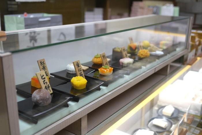 季節感をコンパクトに表現する和菓子。ショーケースの中でずらっと並ぶとそれは豪華で目移りしてしまいます。大切な誰かのため、お客さまのため、自分のため...実際に手に取り口に運ぶ様子を想像しながら、選ぶのも楽しい時間。大人の嗜みとして、上質な和菓子のお店を覚えておきませんか?
