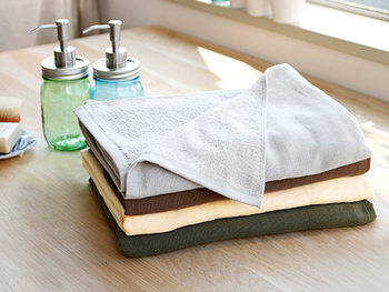 忙しいときにはタオルパックで温めて。温かいと感じる程度の温度に蒸したタオルで顔全体を覆えば、血流が良くなりお肌の新陳代謝もアップします。ただし、タオルを熱くしすぎないように気をつけて。レンジでタオルを温める時は水分を多く含ませると熱くなりすぎます。固く絞って、気持ちの良い程度まで冷ましてから使いましょう。
