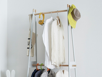 棒が外に飛び出ているから、帽子やバッグなど、ハンガーに掛からないものもサッと引っ掛けて置けて便利。