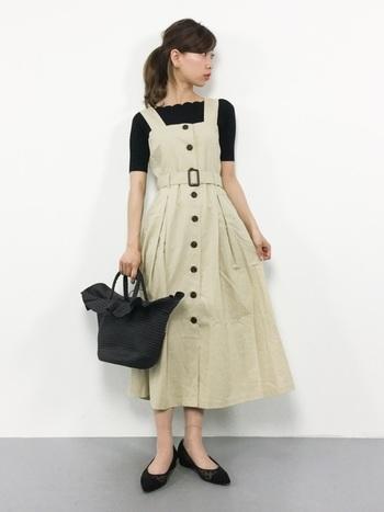 フリルがついたデザイン性のあるカゴバックは、ふんわりと裾が広がるジャンパースカートのシルエットともよく合い、甘すぎない大人のコーディネートを演出できちゃいます。