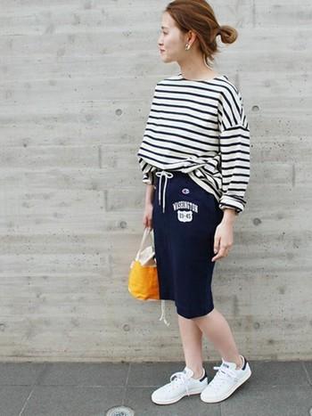 """白とネイビーの""""THEマリン""""な2色使いは、夏にぴったりのカラーコーディネートです。ワイドシルエットのボーダーカットソー×スウェットスカートの、リラックス感溢れる大人の着こなしがお洒落ですね。コーディネートにトレンド感と抜け感をプラスする、白スニーカーもポイントです。"""