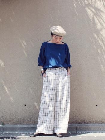 清楚で上品なブルー×白は、マリンスタイル定番のカラーコーディネート。そんな爽やかなカラーが目を引くこちらのスタイリングは、リラックス感のある上品な着こなしがとても素敵ですね。ベレー帽やアクセサリーなど、おしゃれに差をつけるワンランク上の小物使いもポイントです。