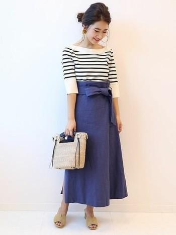 女性らしいブルーのロングスカートに、ボーダートップスを合わせたエレガントなマリンスタイル。春夏らしい爽やかなカラーを基調とした、清楚で上品な着こなしがとてもお洒落ですね。足元はヌーディーなサンダルを合わせて、大人っぽい抜け感をプラスするのがポイントです。