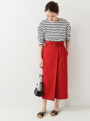 全体の色味は抑えつつビビッドな「赤」を印象的に使うことで、定番のマリンスタイルが新鮮な印象に。ロング丈のラップスカートは大人世代でも取り入れやすく、サンダルやパンプスを合わせて女性らしいマリンスタイルを楽しむことができます。