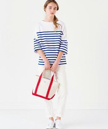 """ブルー×白のボーダーカットソーに細身のデニム、フラットなスニーカーやバレエシューズ。 爽やかな春夏が良く似合う""""THEフレンチマリン""""といった着こなしは、女性にとって永遠の憧れのようなスタイルですよね。 今回は、そんな大人のマリンスタイルを作るための定番アイテムをはじめ、コーディネートのお手本となるおしゃれなスタイリングをご紹介します♪"""