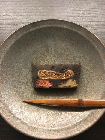 大田区上池台の商店街で小さなアトリエ兼店舗を構える「wagashi asobi(ワガシアソビ)」。そのユニークな店名もさることながら、提供するお菓子も独創的。既存のイメージをさらりと飛び越えて、新しい和菓子の世界を見せてくれます。「ドライフルーツの羊羹」は、カットすると、イチジクや苺、くるみの断面が見えて、とってもおしゃれ。もちろんそのままいただいてもいいのだけれど、パンにのせて食べてみると、よく合うのだとか。いろんないただき方があるのもまた魅力です。