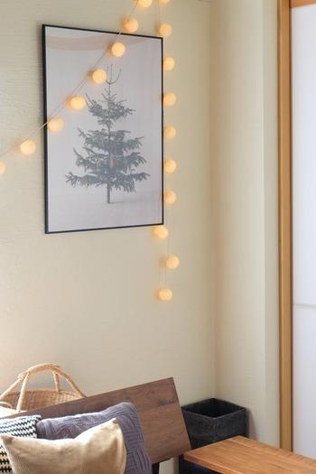 お部屋のフォーカルポイントにもなる、洗練された北欧デザインのポスター。リビングや玄関ホールなど、お客様の目に触れる場所に飾るのがおすすめです。ボールランプを組み合わせれば、ほんわかとやさしい雰囲気になります。