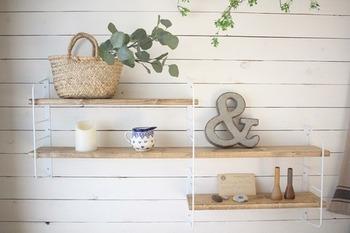 オリジナルシェルフをDIYしてみるのはいかがでしょう。ホームセンターで木材をカットしてもらい、パーツに取り付けるだけ。お好みのオイルを塗って、お部屋の雰囲気に合わせても素敵ですね。