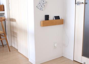 家の中で迷子になりがちなものは、壁面に置き場所を決めておくのがベストです。無印良品の「壁に付けられる家具・長押」をコンセント上に設置すれば、見た目もスッキリな充電コーナーに早変わり!