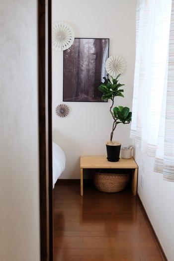 ポスターとオーナメント、観葉植物とのコーディネートが素敵なこちらのお部屋。その「ウォールデコ」のヒミツは……?