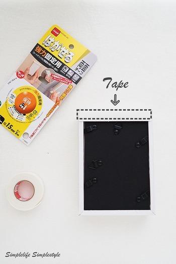 強力両面テープです!フレームの裏に貼り付けるだけで完成します。両面テープのはがした跡が心配であれば、壁側にマスキングテープを貼っておけば安心ですね。