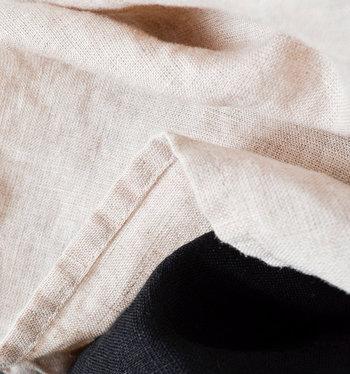 「リネン」は、麻素材の中でも柔らかく肌ざわりの優しい生地が特徴的。コットンの4倍の吸収力を持つと言われており、風通しのいい素材は、じめじめするこれからの季節にぴったりです。